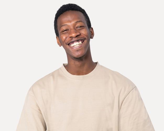 Uomo afroamericano in riprese in studio di una maglietta beige di base