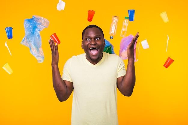 リサイクルのためにゴミを運ぶアフリカ系アメリカ人の男