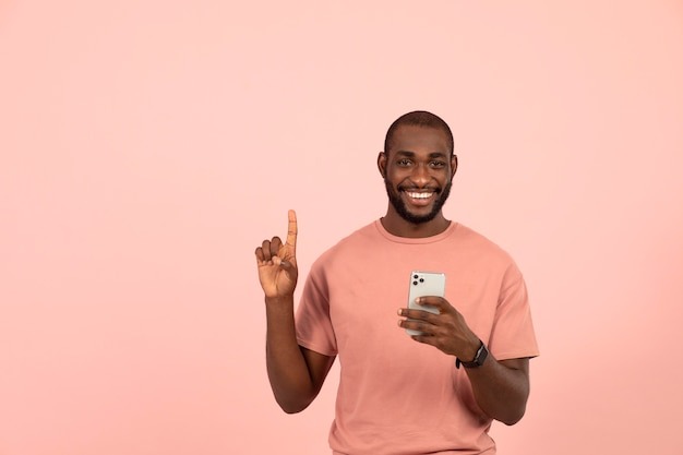 Афро-американский мужчина проверяет свой смартфон