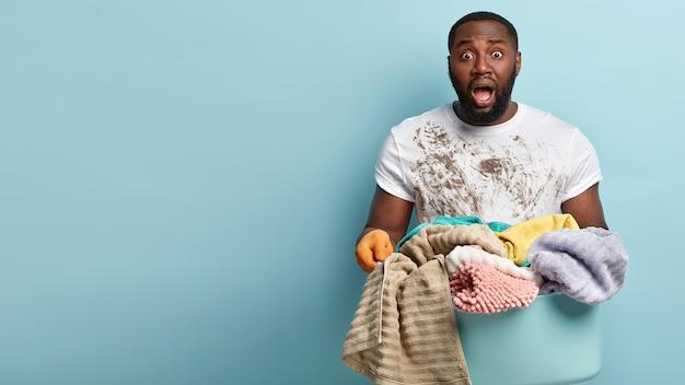 Афро-американский мужчина стирает