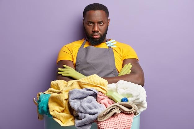 洗濯をしているアフリカ系アメリカ人の男