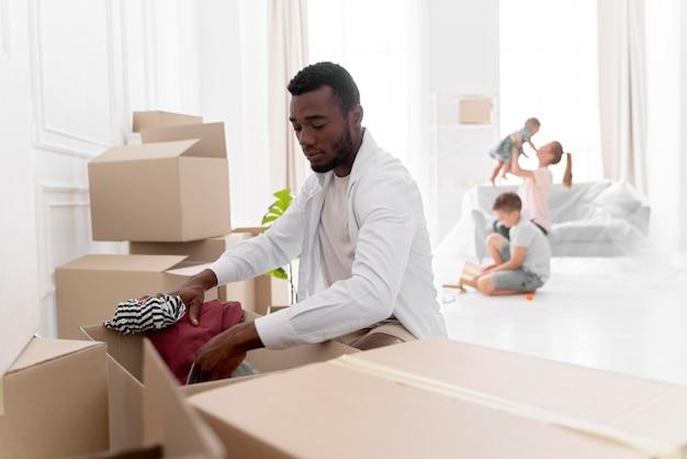 引っ越すために彼の新しい家を準備しているアフリカ系アメリカ人の男 無料写真