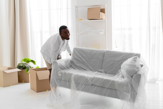 引っ越すために彼の新しい家を準備しているアフリカ系アメリカ人の男
