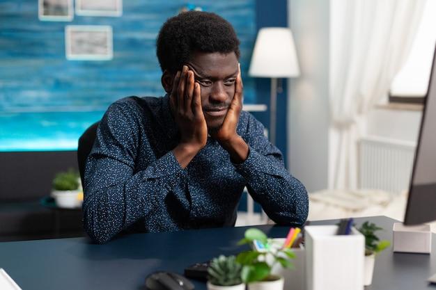ストレスから大きな頭痛を持っているアフリカ系アメリカ人の男