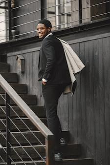 エレガントな黒のスーツを着たアフリカ系アメリカ人の男。