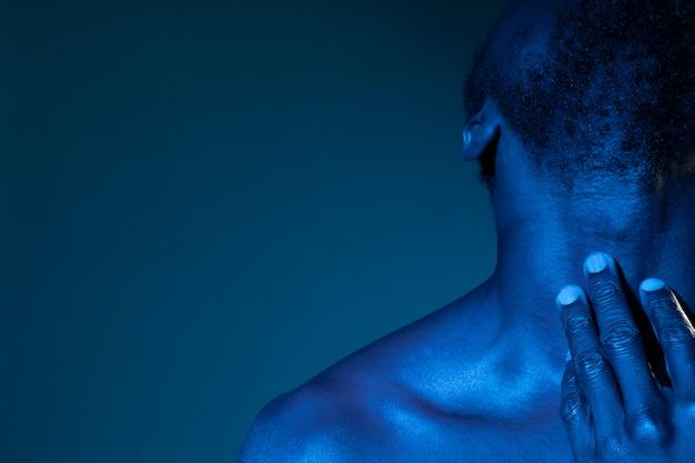 Афро-американский мужчина в голубых тонах