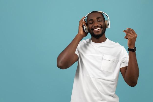 Uomo afroamericano che ascolta musica in cuffia