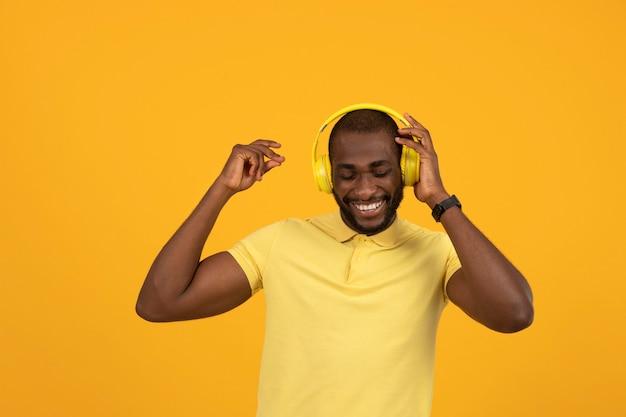 헤드폰으로 음악을 듣고 있는 아프리카계 미국인 남자