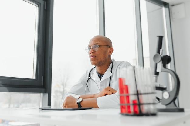 聴診器で白衣を着たアフリカ系アメリカ人男性男性病院医師