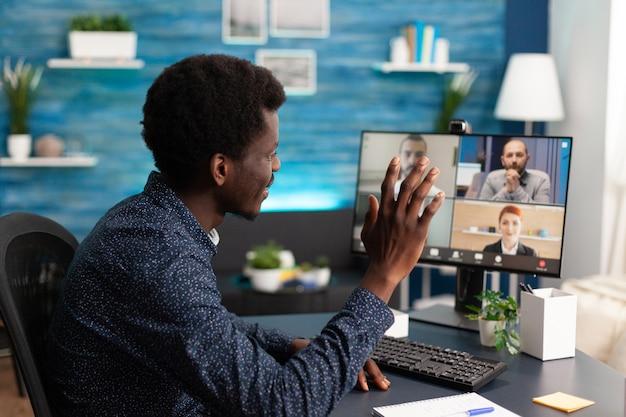 オンライン会議のビデオ通話でアフリカ系アメリカ人の男