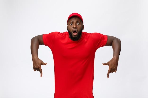 Афро-американский мужчина на изолированном фоне удивлен идеей или вопросом, указывая пальцем с удивленным лицом.
