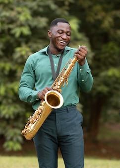 国際ジャズデーに楽器を演奏するアフリカ系アメリカ人の男
