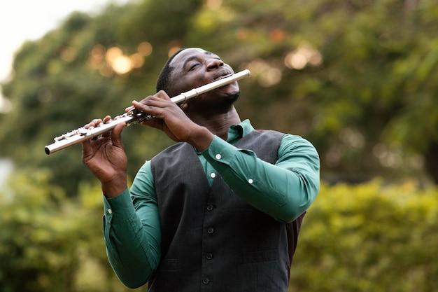 Uomo afroamericano che suona uno strumento sulla giornata internazionale del jazz