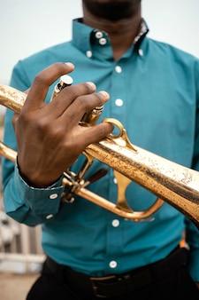 Uomo afroamericano che suona musica il giorno del jazz