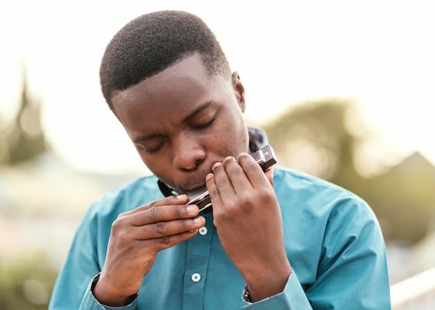 재즈 날에 음악을 재생하는 아프리카 계 미국인 남자