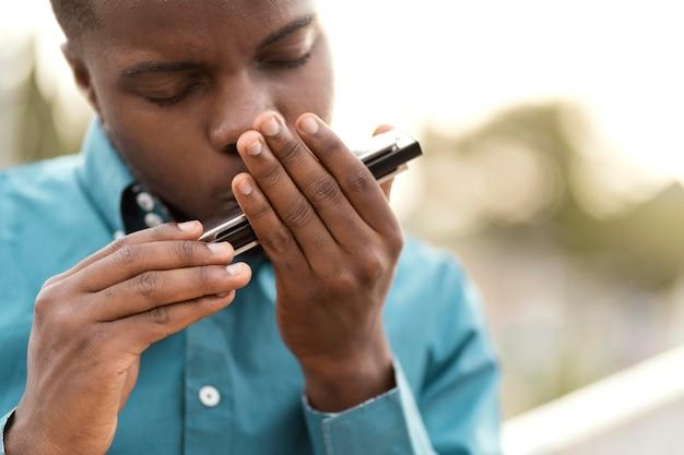 ジャズの日に音楽を演奏するアフリカ系アメリカ人の男