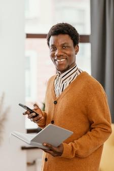 Афро-американский мужчина удаленно работает из своего дома