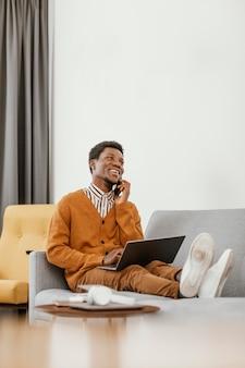 アフリカ系アメリカ人の男性が自宅でリモートワーク