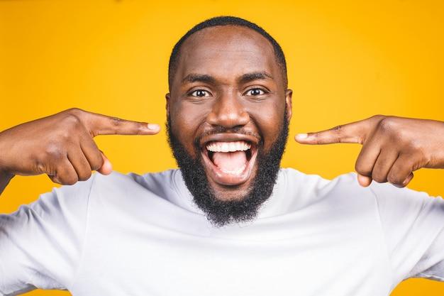 아프리카 계 미국인 남자의 미소입니다. 치과 건강 관리