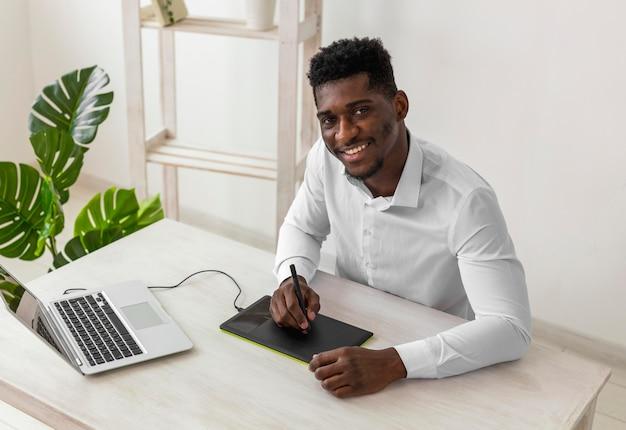 アフリカ系アメリカ人の男の笑顔