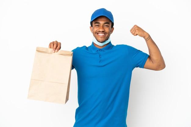 Афро-американский мужчина принимает сумку еды на вынос, изолированную на белом фоне, делает сильный жест