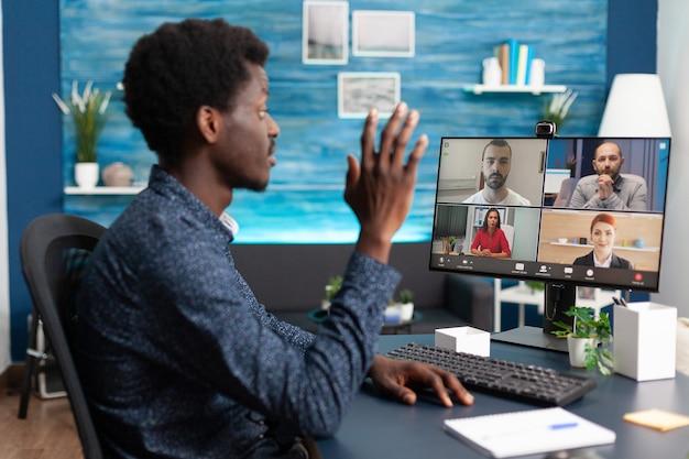 オンラインビデオ通話で話しているアフリカ系アメリカ人の男