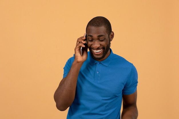 Uomo afroamericano che parla sullo smartphone