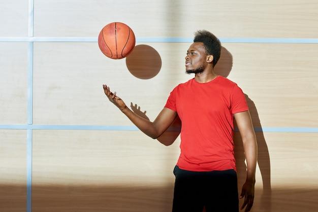 Афро-американский мужчина бросает баскетбольный мяч