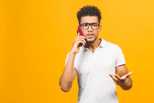 スマートフォンを使用してアフリカ系アメリカ人の男はストレス、怒り、イライラ