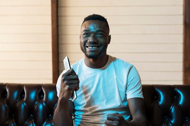 Афро-американский мужчина смотрит фильм на netflix