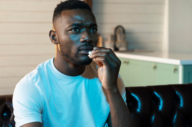 Netflixで映画を見ているアフリカ系アメリカ人の男