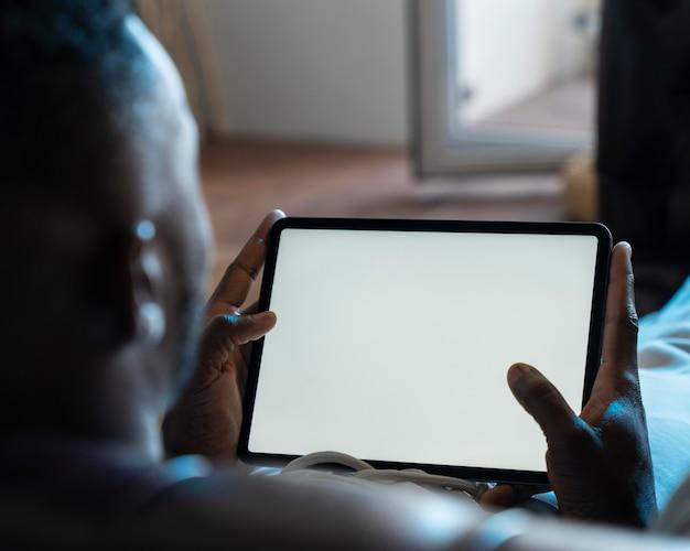 넷플릭스에서 영화를 보고 있는 아프리카계 미국인 남자