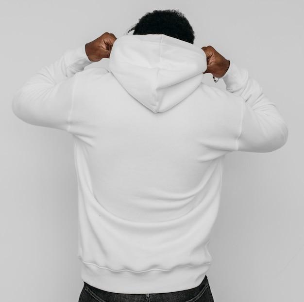 Uomo afroamericano che indossa una felpa con cappuccio vuota