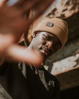 Uomo afroamericano che indossa cappello in maglia marrone