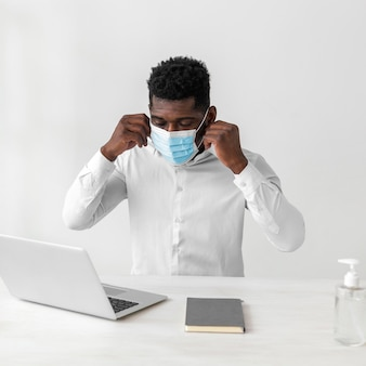 Uomo afroamericano che indossa mascherina medica