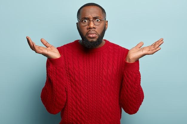 Uomo afroamericano che indossa un maglione rosso