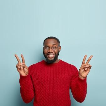 Афро-американский мужчина в красном свитере