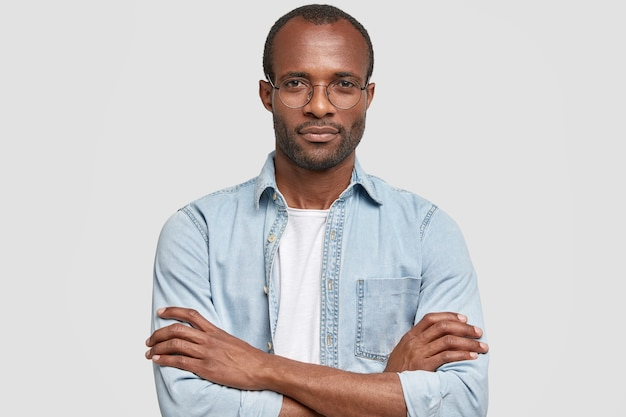 丸いメガネとデニムのシャツを着ているアフリカ系アメリカ人の男