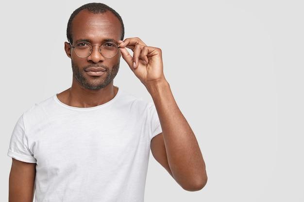 丸い眼鏡をかけているアフリカ系アメリカ人の男
