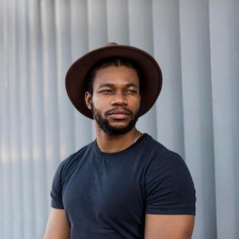 Uomo afroamericano che indossa un cappello alla moda