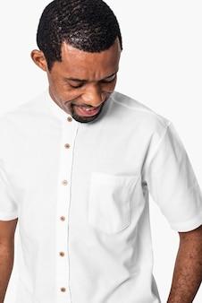 Primo piano dell'uomo afroamericano che indossa una camicia bianca