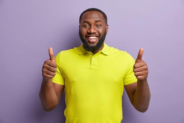 Афро-американский мужчина в желтой футболке