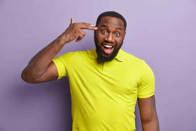 黄色のtシャツを着ているアフリカ系アメリカ人の男