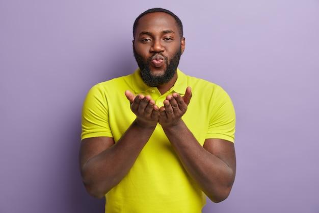 Uomo afroamericano che indossa la maglietta gialla