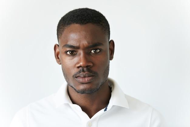 Uomo afroamericano in maglietta bianca