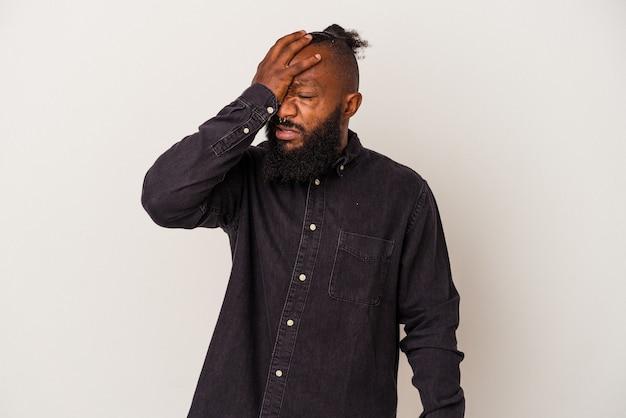 Афро-американский мужчина с бородой, изолированные на розовом фоне, что-то забыл, хлопая ладонью по лбу и закрывая глаза