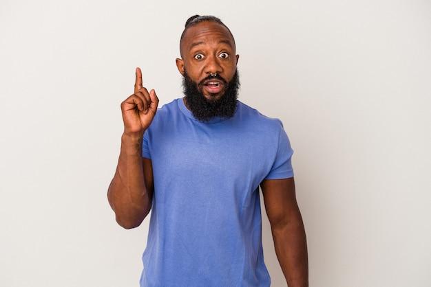 아이디어, 영감 개념을 가진 분홍색 배경에 고립 된 수염을 가진 아프리카계 미국인 남자.