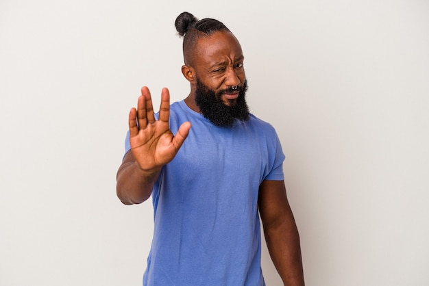 Афро-американский мужчина с бородой, изолированные на розовом фоне, отвергая кого-то, показывая жест отвращения.