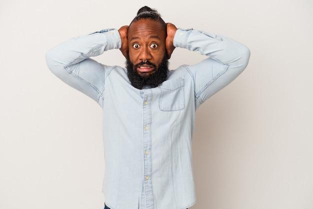 Афро-американский мужчина с бородой, изолированные на розовом фоне, кричит от ярости.