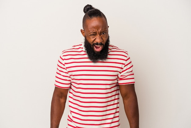 Афро-американский мужчина с бородой, изолированные на розовом фоне, кричал очень сердито, концепция ярости, разочарование.